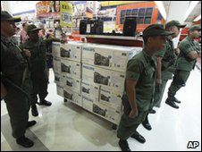 venezuela-soldiers-shut-shops-accused-of-profiteering