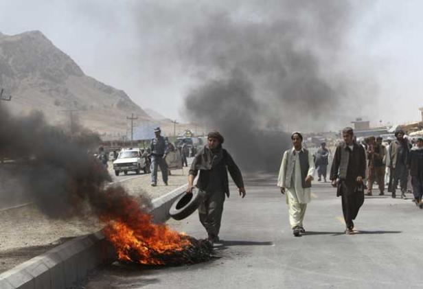 rioters-vent-fury-at-us-after-nato-troops-kill-afghan-civilians-on-bus