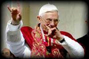 Pope-Benedict-handsign-2