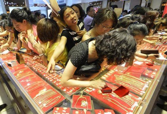 Customers flock to buy gold accessories at a gold store on sale in Taiyuan