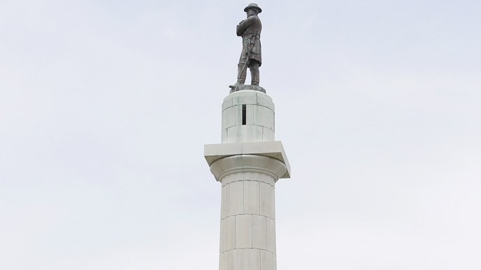 A 18 m tall monument to Confederate General Robert E. Lee that towers over a traffic circle in New Orleans, Louisiana