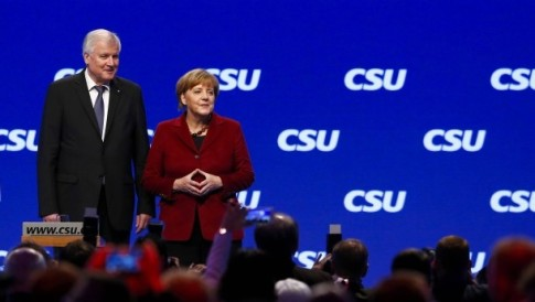 bavarian-prime-minister-and-Merkel-hand-sign