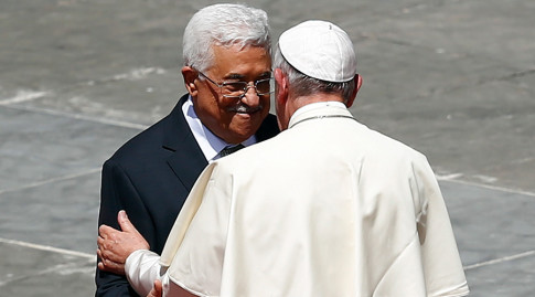 Pope Francis (R) embraces Palestinian President Mahmoud Abbas at the end of the ceremony for the canonisation of four nuns at Saint Peter's square in the Vatican City, May 17, 2015