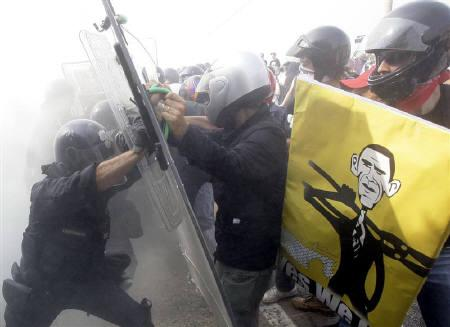 italy-riot-police-protesters