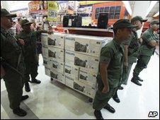 venezuela-soldiers-shut-shops-accused-of-profiteering