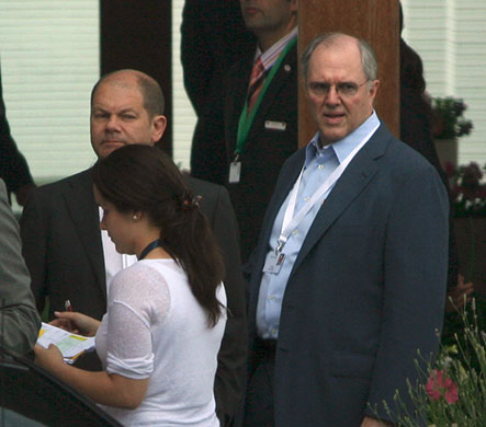 the-power-gallery-at-bilderberg-2010-olaf-scholz-craig-mundie-09