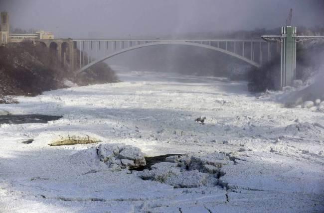 Niagara Falls Frozen-1