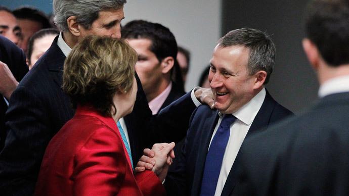 Ukrainian Foreign Minister Andriy Deshchytsia (R) stops U.S. Secretary of State John Kerry (L) and European Union High Representative Catherine Ashton (C) in Geneva April 17, 2014
