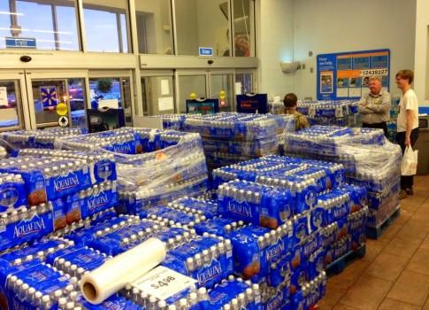 Wal-Mart-in-Ferguson-2-Photo-from-Alex-Wroblewski-on-Twitter