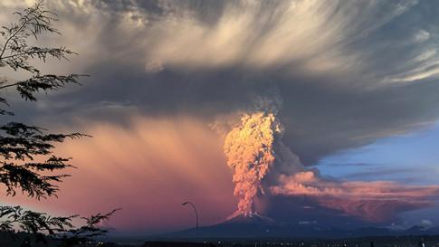 Sunset turns massive Calbuco eruption into amazing scene1