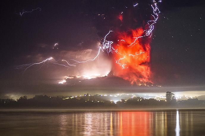 Sunset turns massive Calbuco eruption into amazing scene2