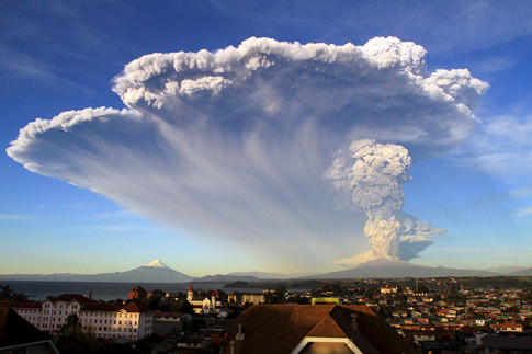 Sunset turns massive Calbuco eruption into amazing scene3