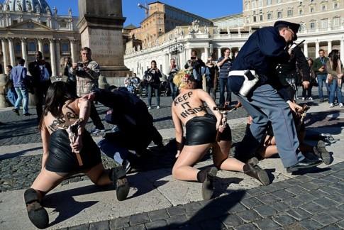 femen-crucifixes-vatican