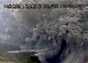 Japan-volcano-eruption-1