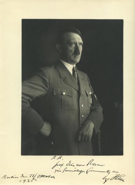 Hitler_masonic_sing_1935_Heinrich_Hoffmann_photo
