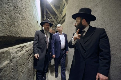 Russian President Vladimir Putin (2-L) and Russia's chief rabbi Berel Lazar (L) visit the Wailing Wall in Jerusalem, Israel 26 June 2012