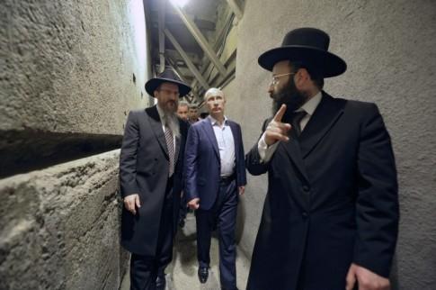 Russian President Vladimir Putin (2-L) and Russia's chief rabbi Berel Lazar (L) visit the Wailing Wall in Jerusalem, Israel 26 June 2012