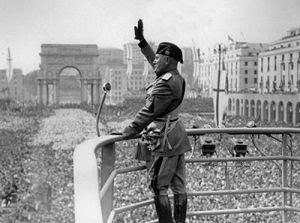 300px-Benito_Mussolini_Roman_Salute