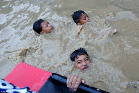 Monsoon rains batter Philippines-3
