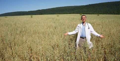doctor-sells-his-practice-in-new-york-buys-organic-farm-and-begins-treating-patients-himself