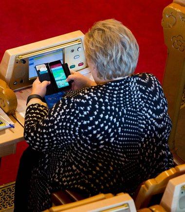 norwegian-pm-erna-solberg-playing-pokemon-at-work